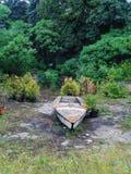 在一个被放弃的水池的老小船 免版税库存图片