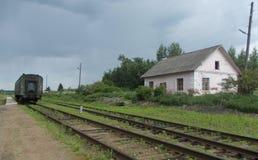在一个被放弃的火车站的老客车 免版税库存图片