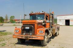在一个被放弃的车库的一辆老卡车在华森湖 图库摄影