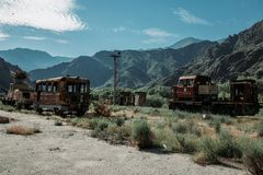 在一个被放弃的领域的生锈的汽车金属 免版税库存照片