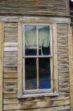 在一个被放弃的鬼城大厦的一个老窗口在科罗拉多 库存图片
