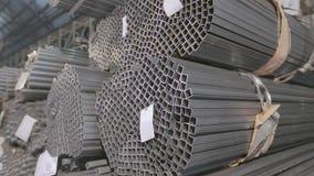 在一个被盖的仓库里描出管子,在行放置的外形管子在一个大仓库,有金属的仓库里 影视素材
