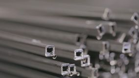 在一个被盖的仓库里描出管子,在行放置的外形管子在一个大仓库,有金属的仓库里 股票录像