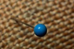 在一个被编织的织品纹理宏指令的Pin 免版税库存照片
