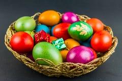 在一个被编织的篮子的装饰的复活节彩蛋 免版税库存照片
