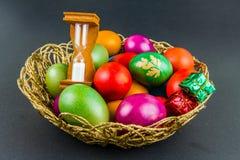 在一个被编织的篮子的装饰的复活节彩蛋 库存图片