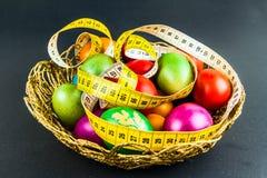 在一个被编织的篮子的装饰的复活节彩蛋 库存照片