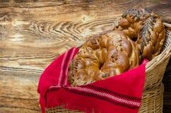 在一个被编织的篮子的结辨的椒盐脆饼 免版税库存图片