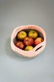 在一个被编织的羊毛篮子的苹果 库存图片