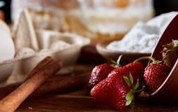 在一个被翻转的碗的红色新鲜的草莓在烘烤背景,特写镜头,浅景深 库存图片