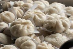 在一个被蒸的烤箱的蒸的饺子 免版税图库摄影