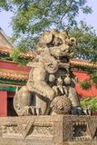 在一个被装饰的亭子前面的监护人狮子永和喇嘛寺院,亦称喇嘛寺庙的,北京,中国 库存照片