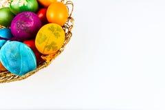 在一个被隔绝的被编织的篮子的装饰的复活节彩蛋 免版税库存图片