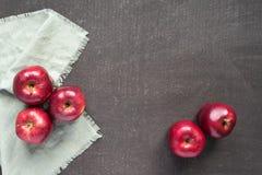 在一个被绘的委员会的红色苹果 免版税库存照片