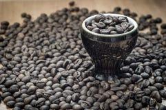 在一个装饰杯子的咖啡粒 烤咖啡豆  库存照片