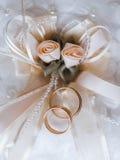 在一个装饰枕头的婚戒有珍珠和丝带的 免版税库存照片