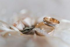 在一个装饰枕头的婚戒有珍珠和丝带的 库存图片