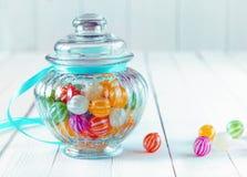 在一个装饰瓶子的五颜六色的糖果 免版税库存图片