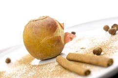 在一个装饰的牌照的被烘烤的苹果 免版税库存图片