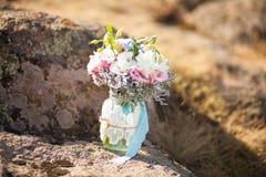 在一个装饰的花瓶的新娘花束 图库摄影