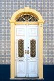 在一个装饰的门面的美丽的古色古香的门 库存图片