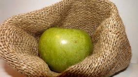 在一个装饰碗的绿色苹果 免版税图库摄影