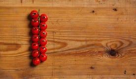 在一个装饰董事会的新鲜的蕃茄。 库存图片
