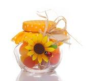 在一个装饰玻璃瓶子的五颜六色的多色的糖果一件欢乐礼物的 图库摄影