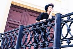 在一个诉讼的时装模特儿在栏杆 免版税图库摄影