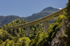 在一个谷的一座路桥梁在奥地利 免版税库存图片