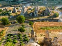 在一个谷的惊人的岩石烟囱形成在卡帕多细亚, Turke 库存图片