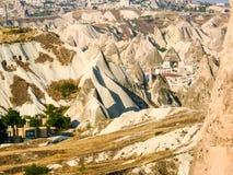 在一个谷的惊人的岩石烟囱形成在卡帕多细亚, Turke 免版税库存照片
