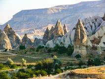 在一个谷的惊人的岩石烟囱形成在卡帕多细亚, Turke 图库摄影