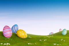 在一个象草的多小山风景的装饰的复活节彩蛋 免版税库存照片