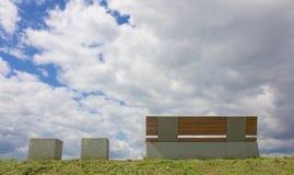 在一个象草的小山02的现代长凳 库存照片