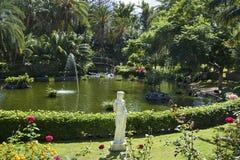 在一个豪华庭院里安置的高的精美女性雕象 库存照片