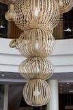 在一个豪华旅馆大厅的现代大枝形吊灯 图库摄影