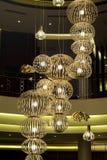 在一个豪华旅馆大厅的现代大枝形吊灯 免版税库存图片