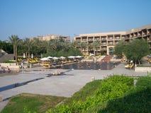 在一个豪华旅馆麦纳房子的游泳池,人们有乐趣游泳在水池在夏天 免版税库存图片