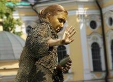在一个贪婪的老妇人的图象的街道女演员生存雕象从著名小说的由费奥多尔杜思妥也夫斯基, `罪行和处罚` 免版税库存图片