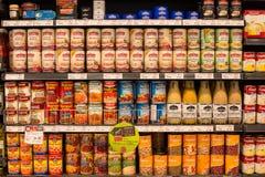在一个超级市场泰国模范的选择罐头在曼谷,泰国 免版税库存图片