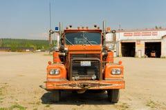 在一个车库的一辆老卡车在华森湖 免版税图库摄影