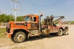 在一个车库的一辆老拖车在华森湖 免版税库存照片
