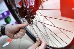 在一个车间骑自行车技工在修理过程中 免版税库存照片