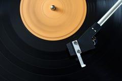 在一个转动的圆盘的电唱机铁笔 库存照片