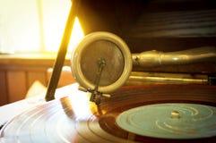 在一个转动的圆盘的老电唱机铁笔,音乐工具 库存照片
