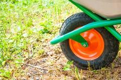 在一个轮子的手推车 庭院或建筑 库存照片