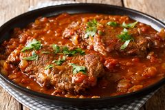 在一个辣蕃茄油煎然后炖的可口瑞士牛排sa 免版税库存图片