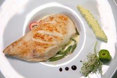 在一个辣调味汁的被烘烤的鸡内圆角与菜 烤鸡内圆角和菜 库存图片