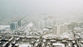 在一个迅速地开发的区域上的雪云彩 傲德萨,乌克兰,2019年1月 股票视频